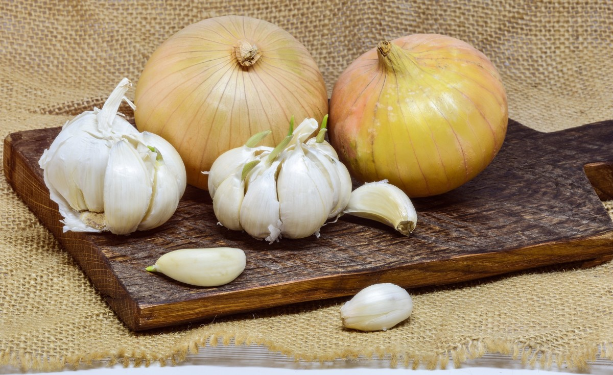 yellow onions and garlic