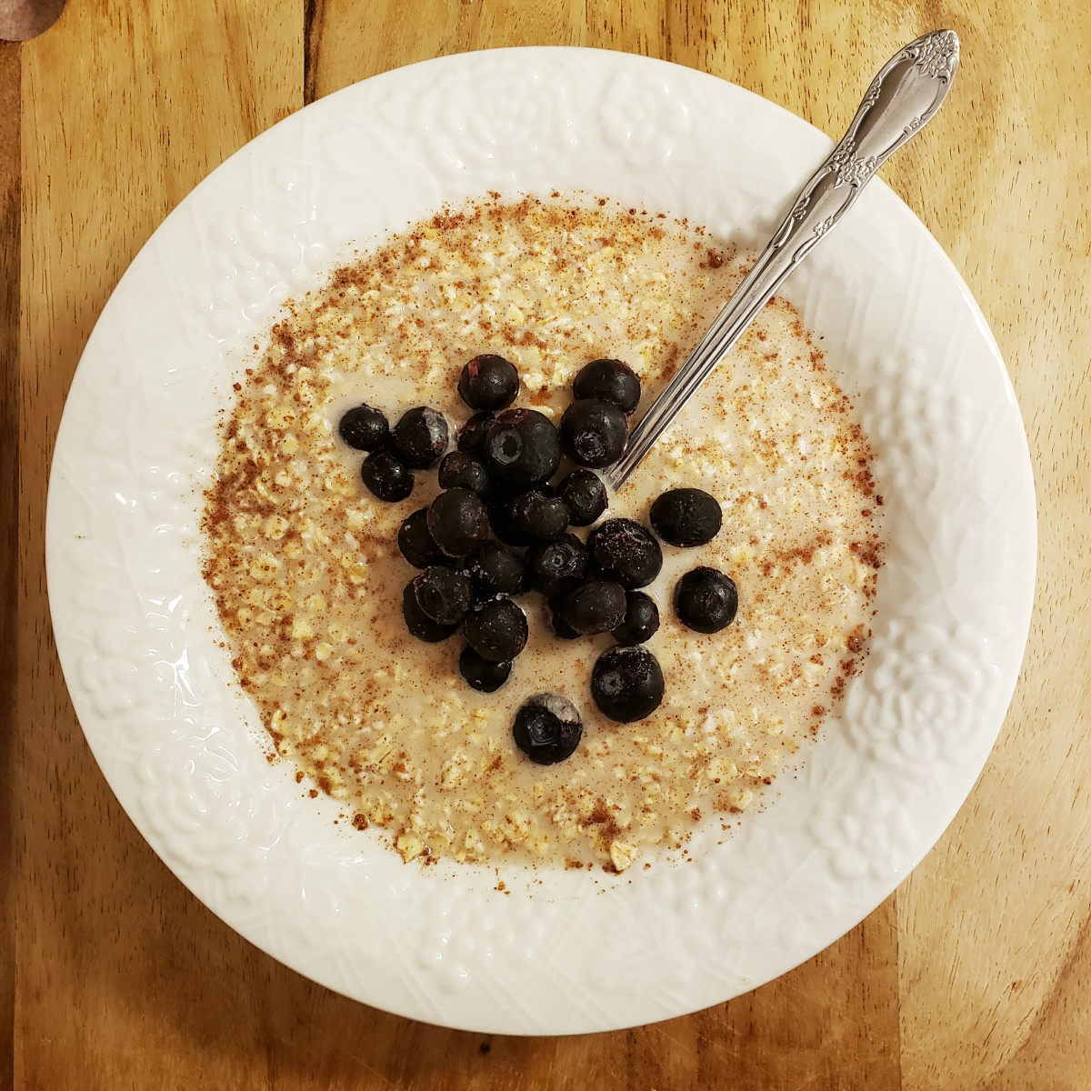 Cold oats with blueberries and almond milk