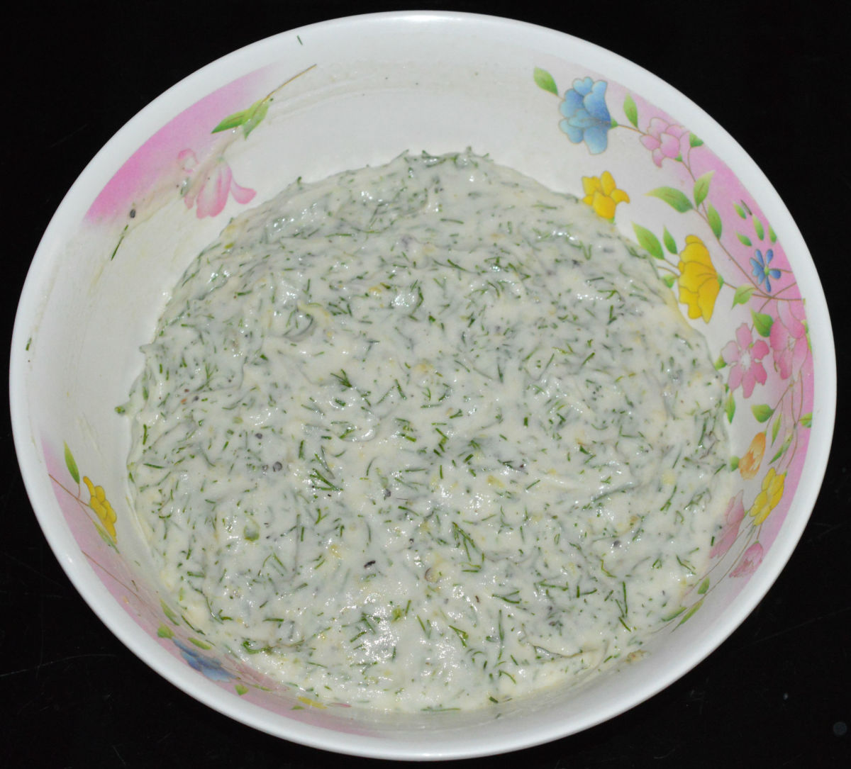 Place the batter in a mixing bowl and allow it to aerate. Add chopped dill leaves, spice mixture, and salt. Mix well.