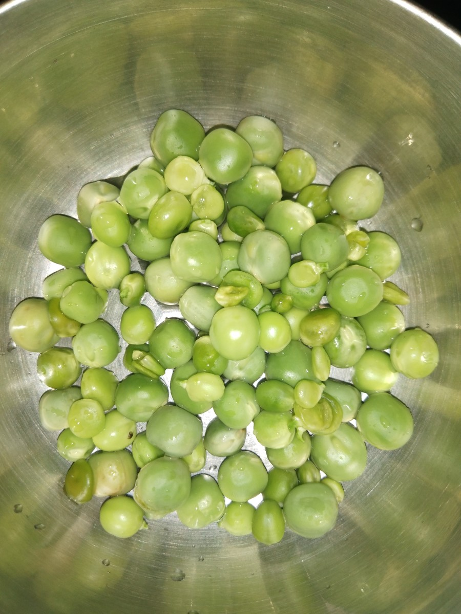 Shell fresh peas and set aside. Frozen peas can also be used.