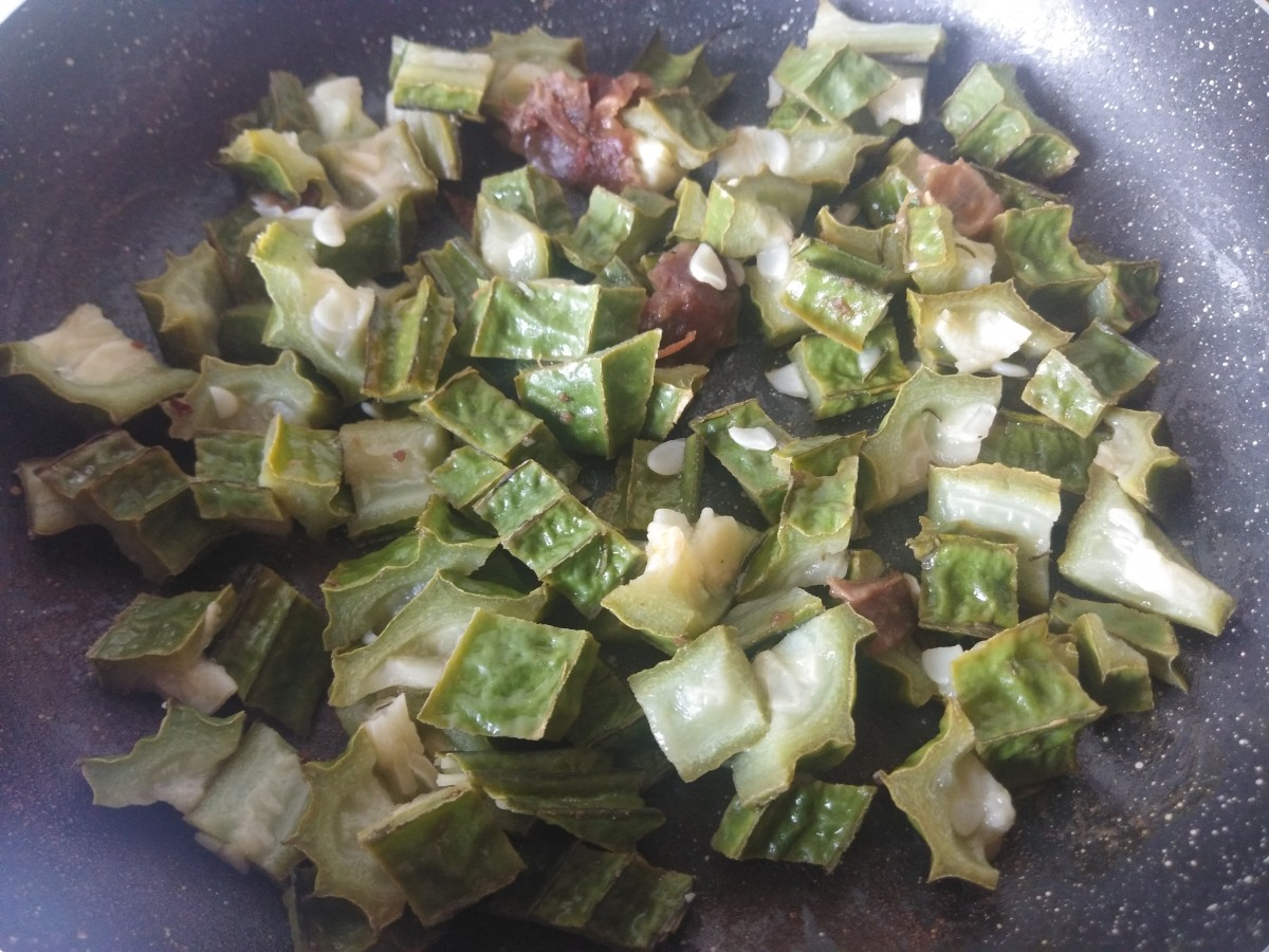 After the ridge gourd becomes soft, turn off the flame (it may take 4-5 minutes). Let it cool down.