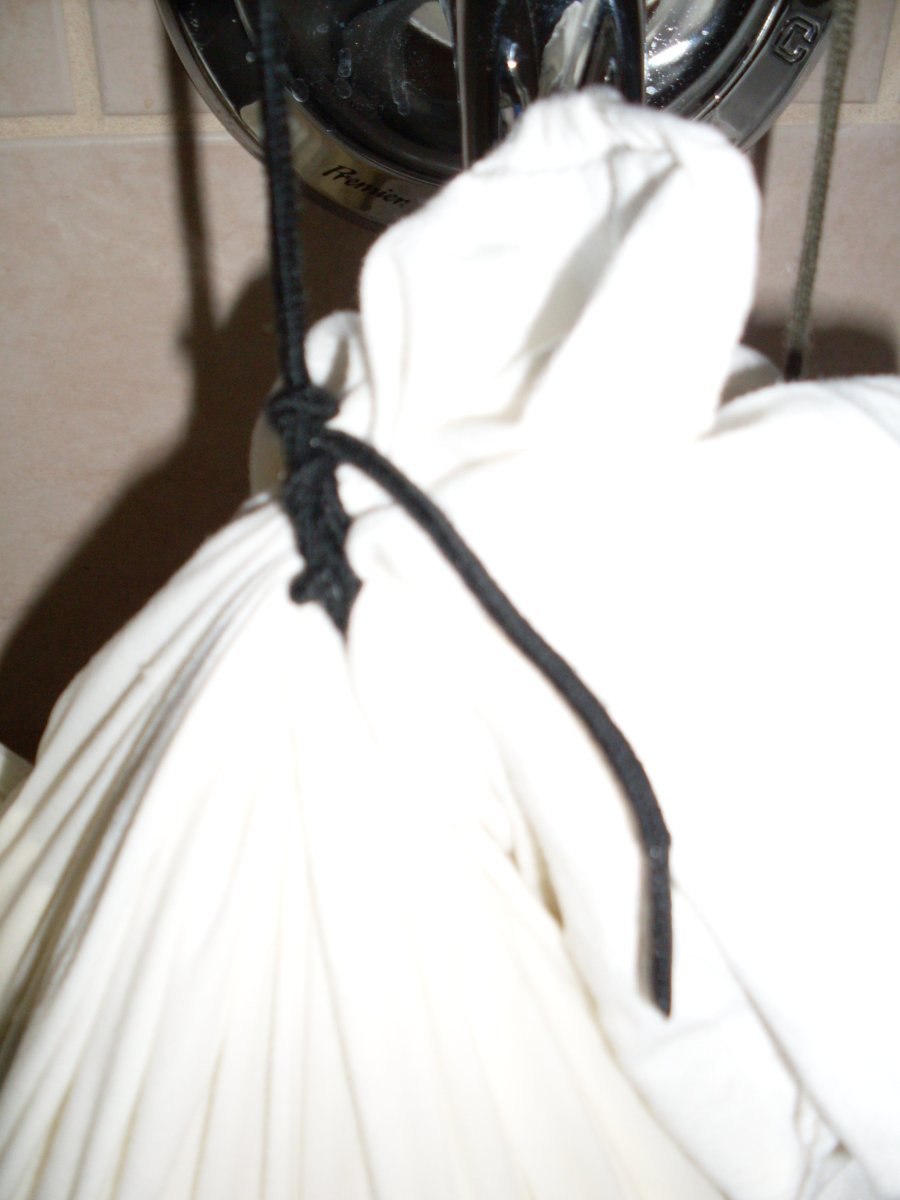 "Knotting details on the bag. The corners of the bag are gathered together, and the shoelace is knotted around the ""neck"" at least three times."