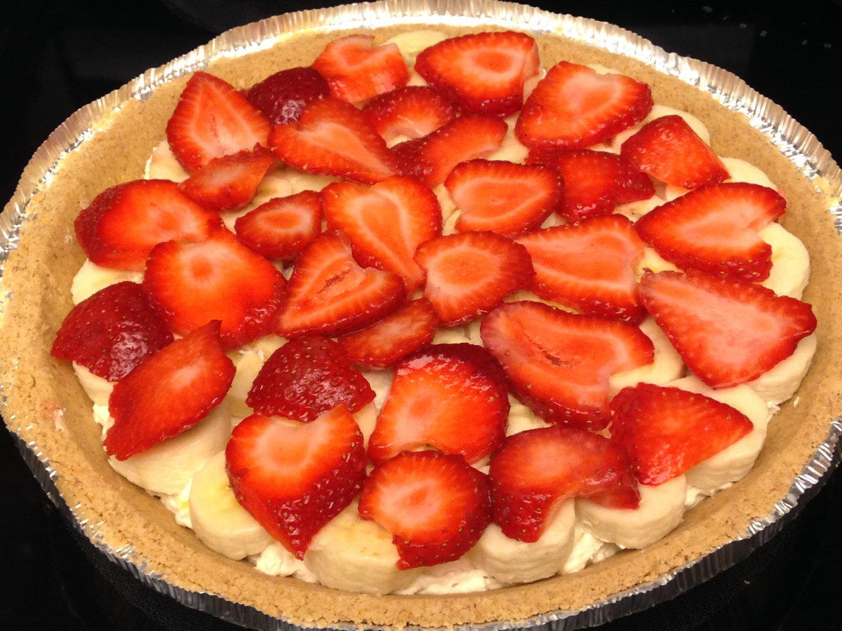 Spread pineapple-cream cheese mixture on crust. Top with sliced bananas, then sliced strawberries