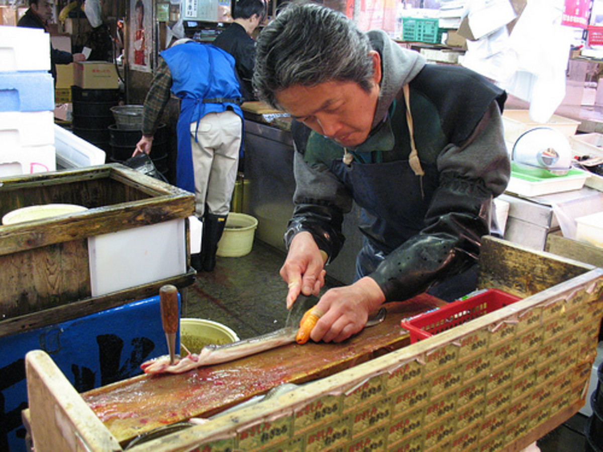 Man Using Japanese Eel Knife / Unagisaki Hocho (Photo courtesy by blprnt_van from Flickr.com)