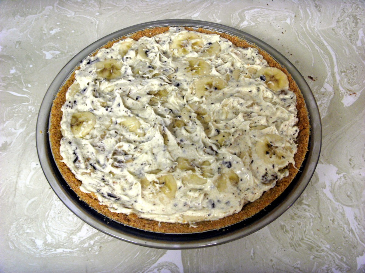Mixture spooned into the graham cracker crust and smoothed even.  Time to cover and refrigerate this banana split pie