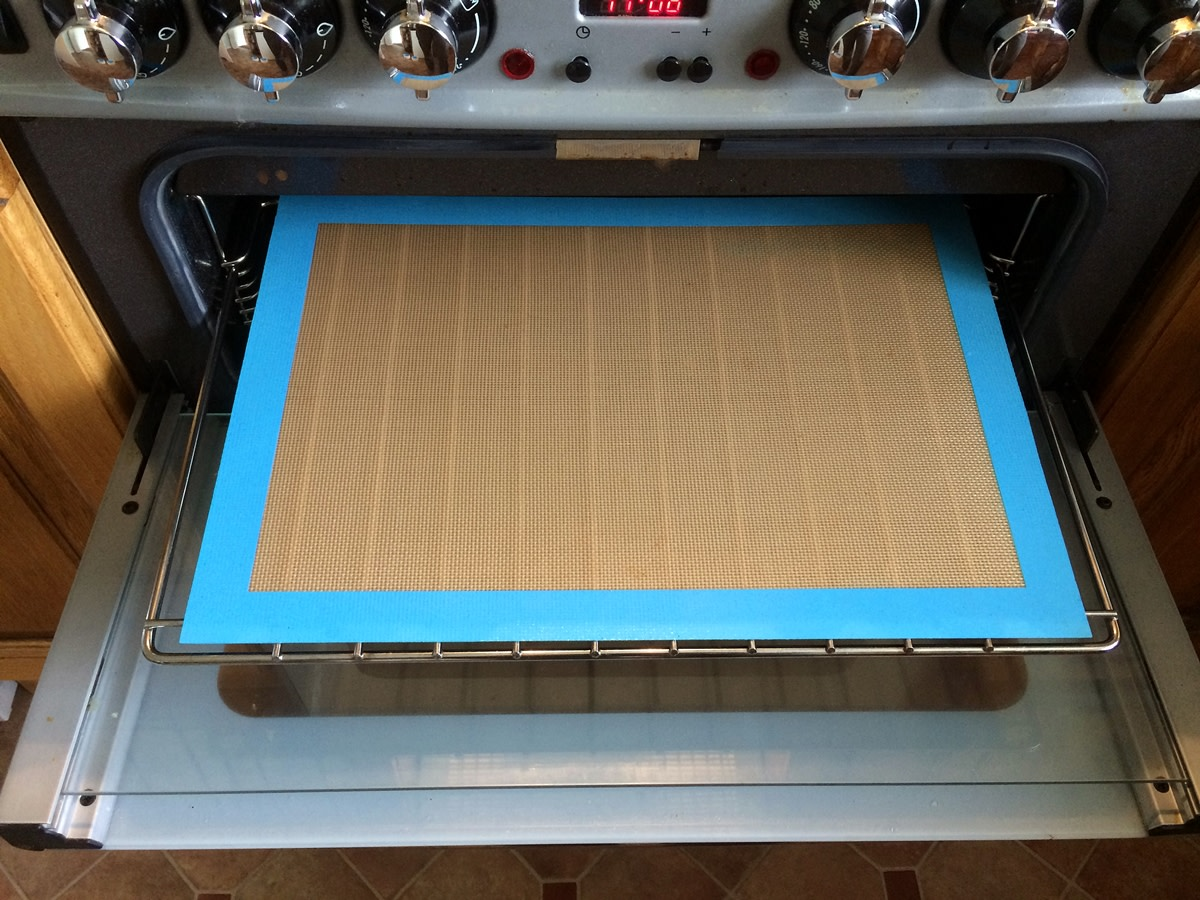 Use a silicone baking sheet to line your oven shelves and keep your oven clean. It is easy to wash after use.