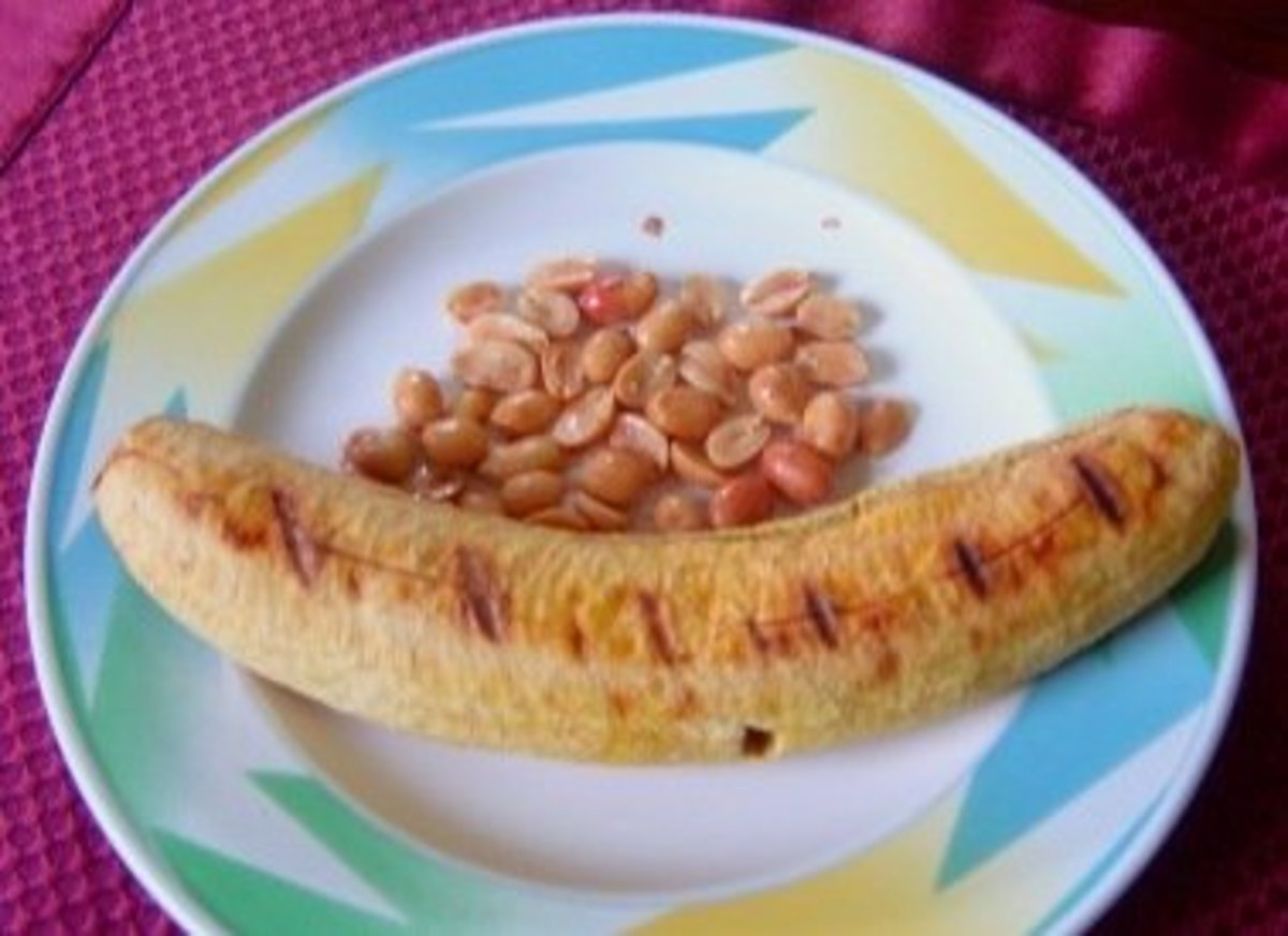 My favorite snack: roasted or grilled plantain with Spanish peanuts