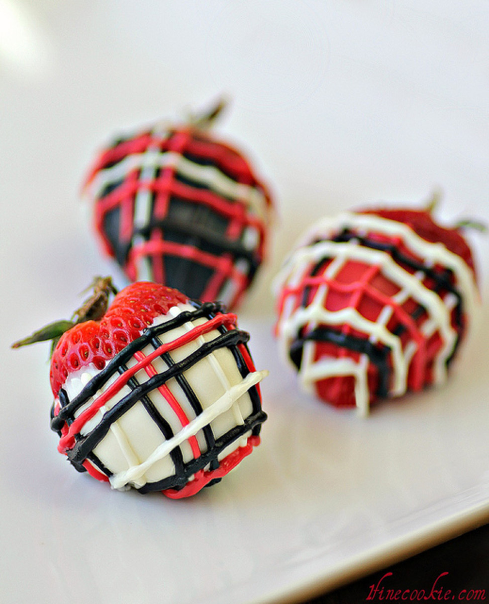 Plaid decorated strawberries in red, white and black