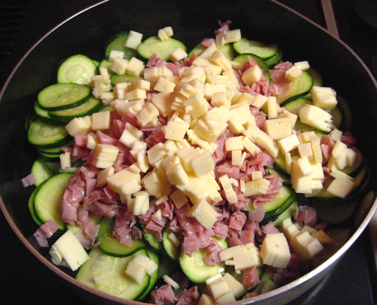 Add the ingredients to the zucchini