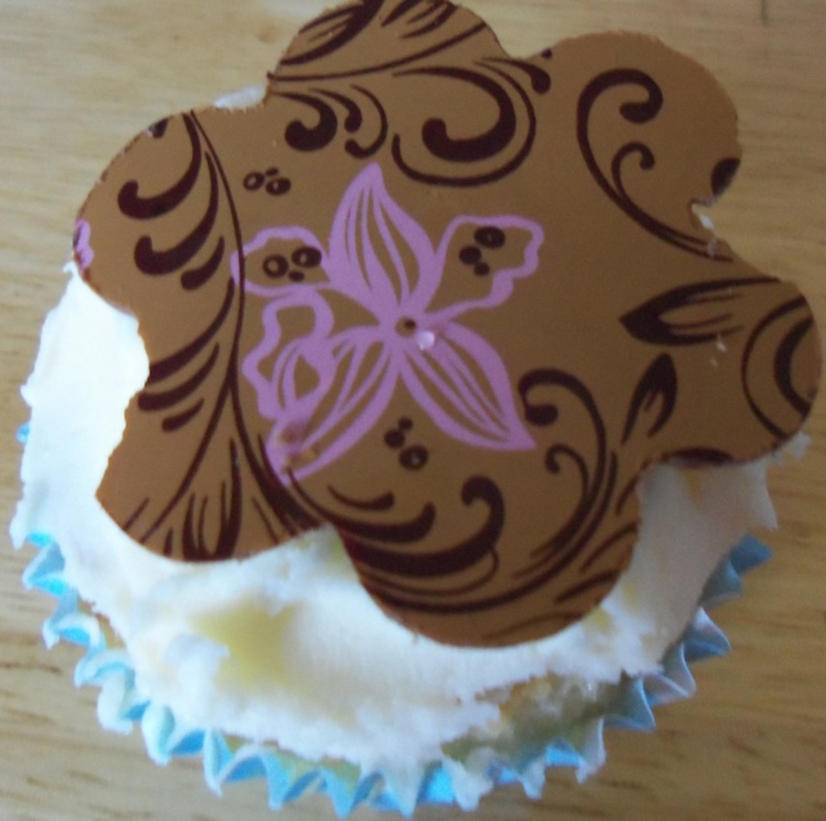 how-to-decorate-cupcakes-with-chocolate-transfer-sheets