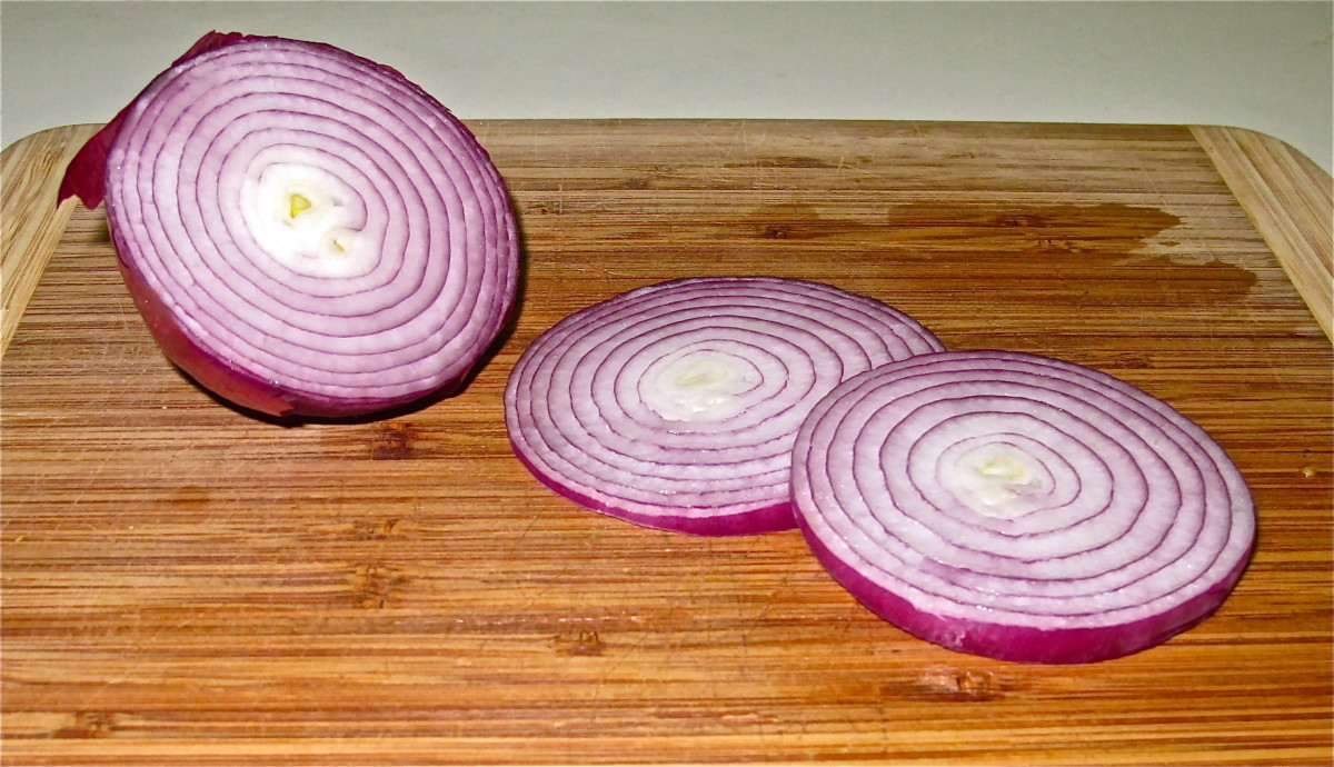 Sliced red onion rings.