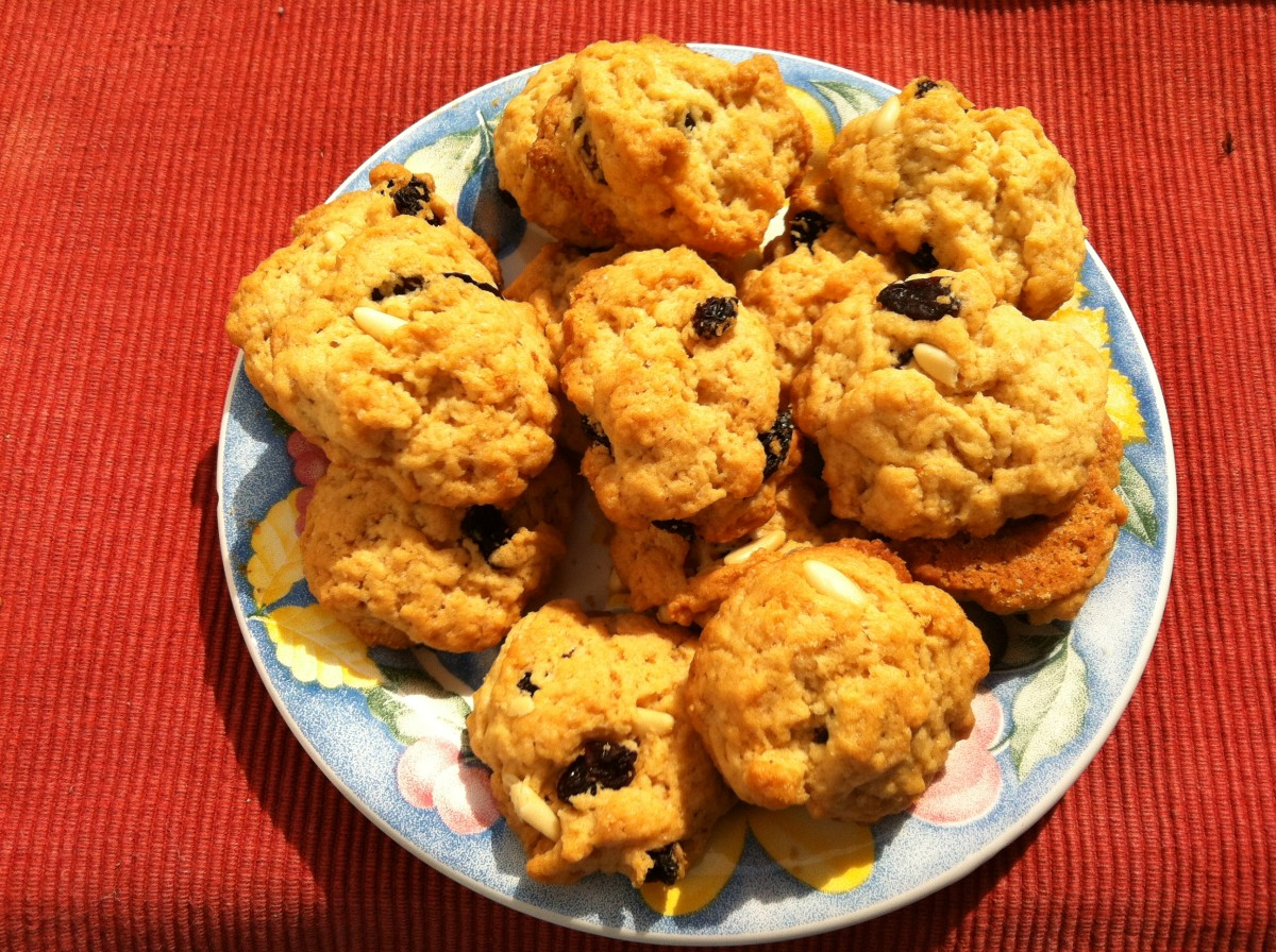 Cookies with extra virgin olive oil, raisins and pine nuts