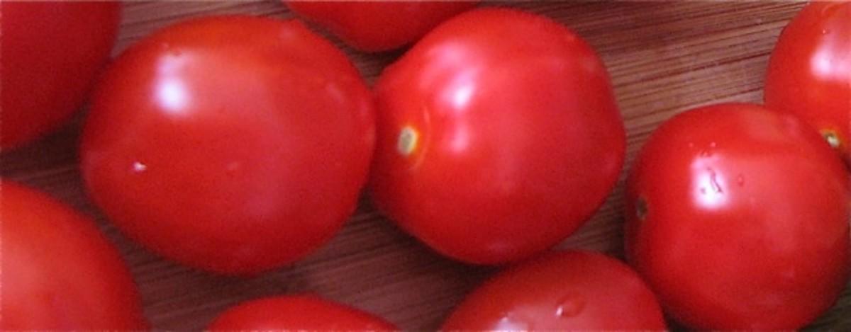 Mini-tomatoes, ready to be chopped.
