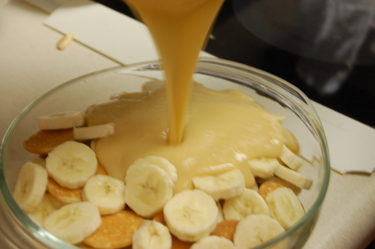 Pouring custard over bananas and Vanilla wafers