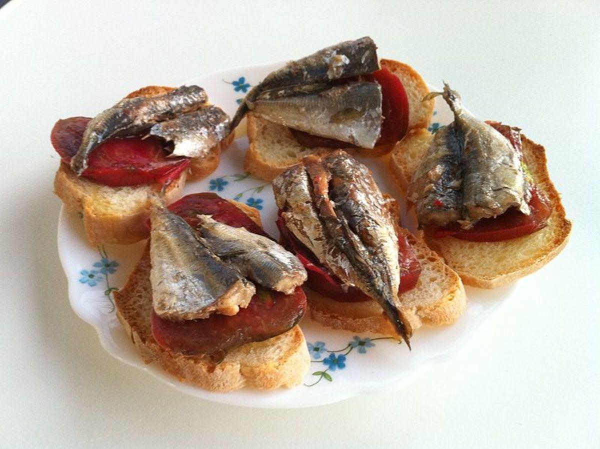 Tapa de sardinas en tomate