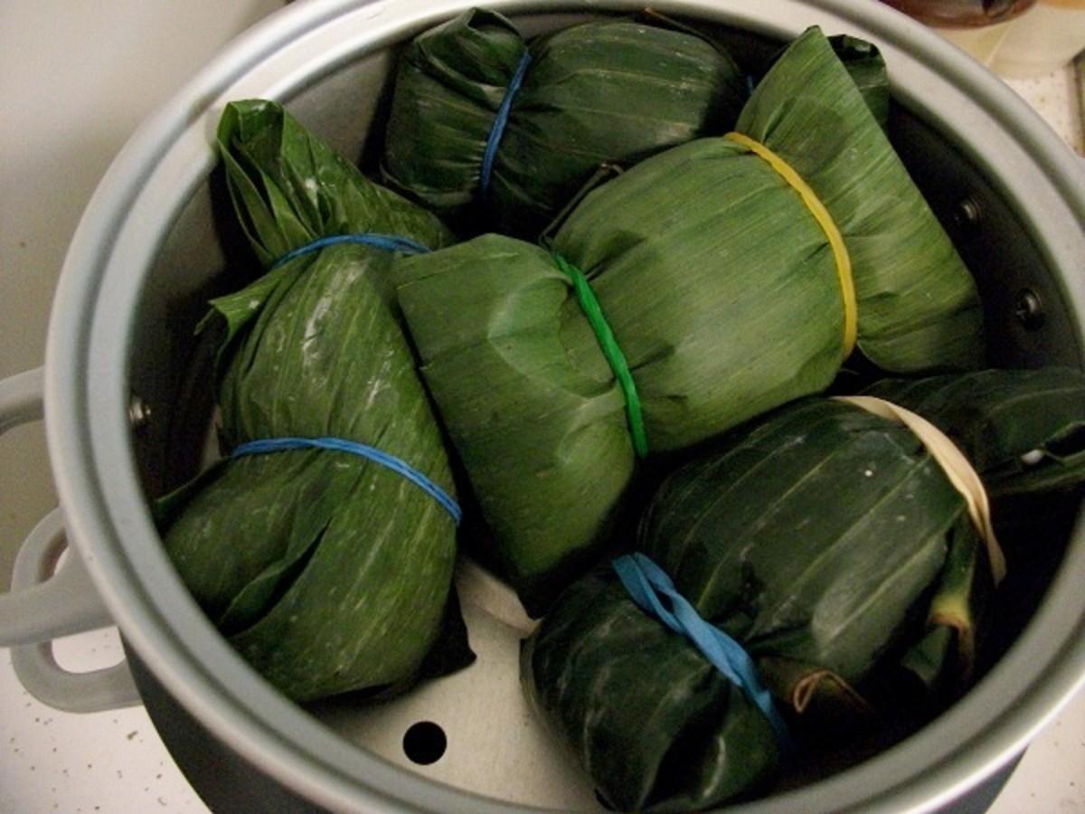 Arrange Khao Tom Mud Pouches in a Steamer