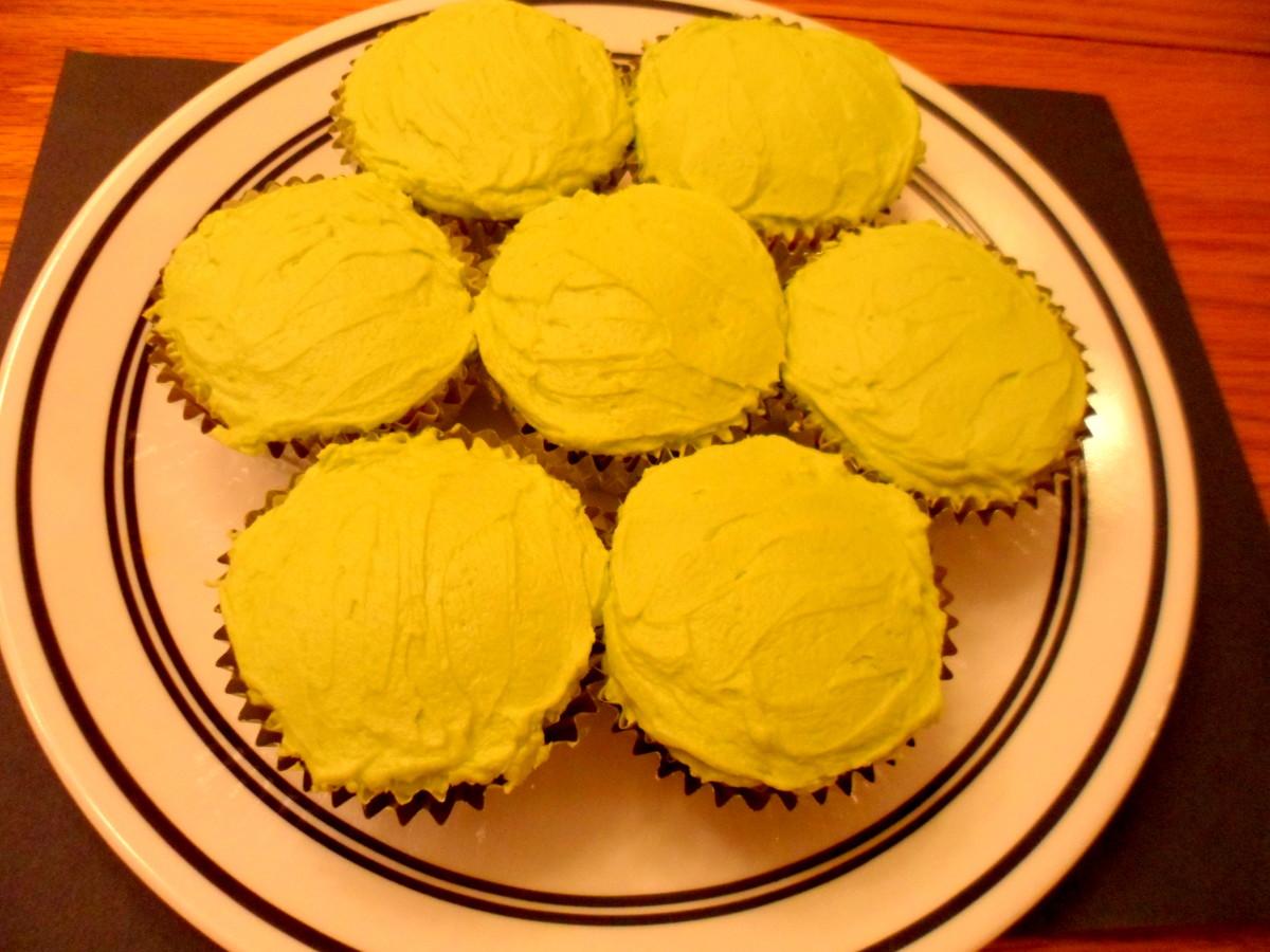 Arrange cupcakes in circle shape.