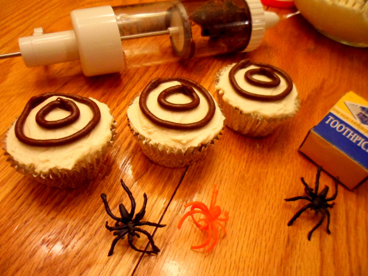Make 2 circles with chocolate icing.