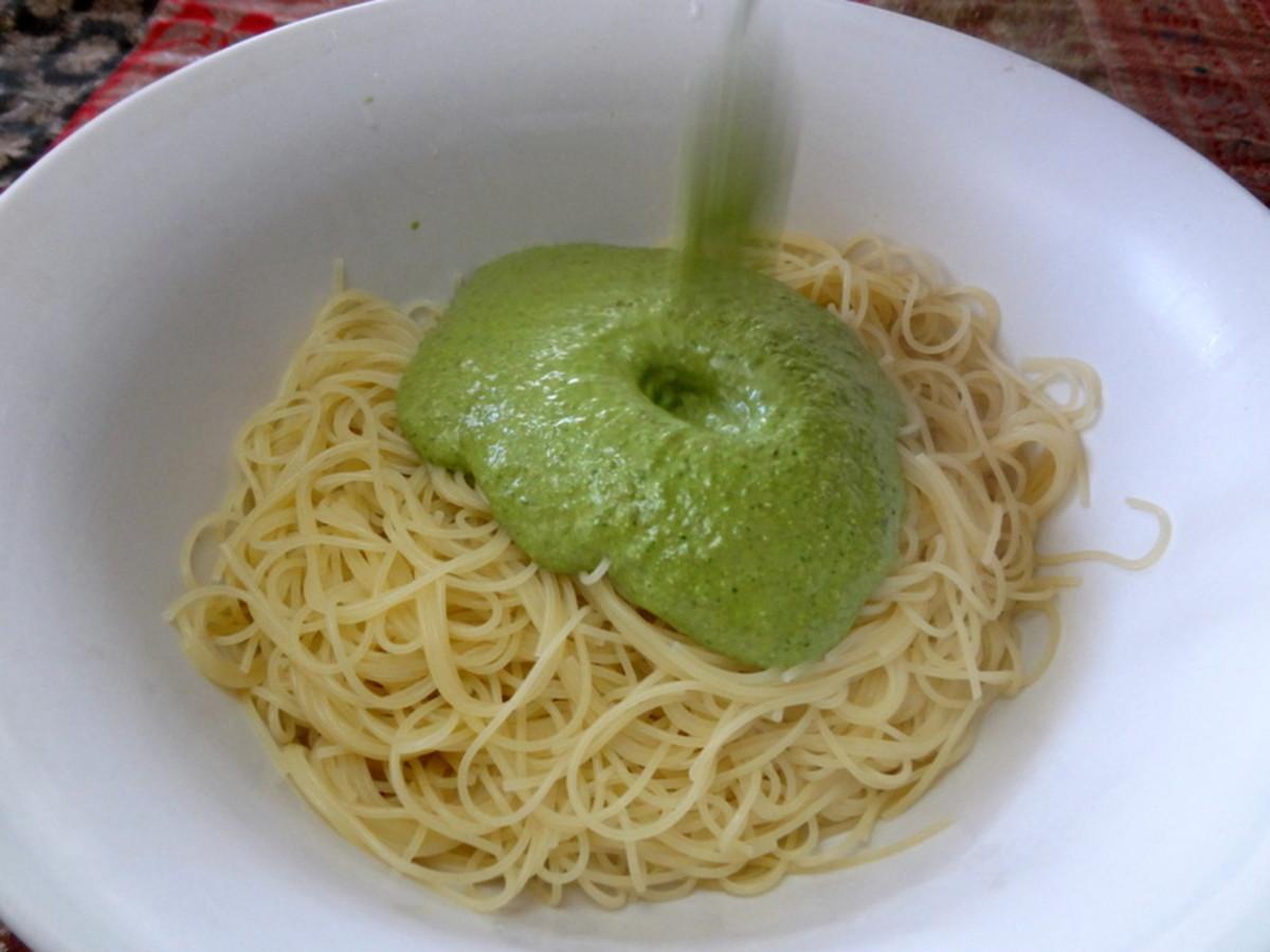 Pourable green sauce