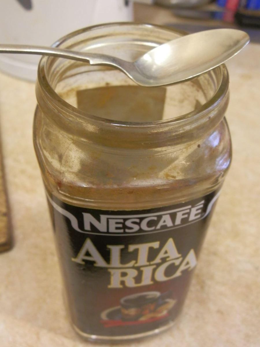 Keep your chosen spoon inside the coffee jar.
