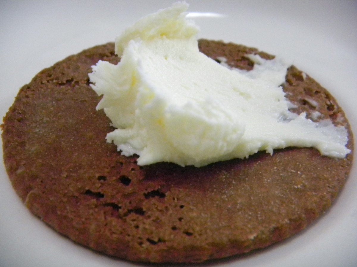 Add a small amount of the cream to the centre of one half of a cookie.
