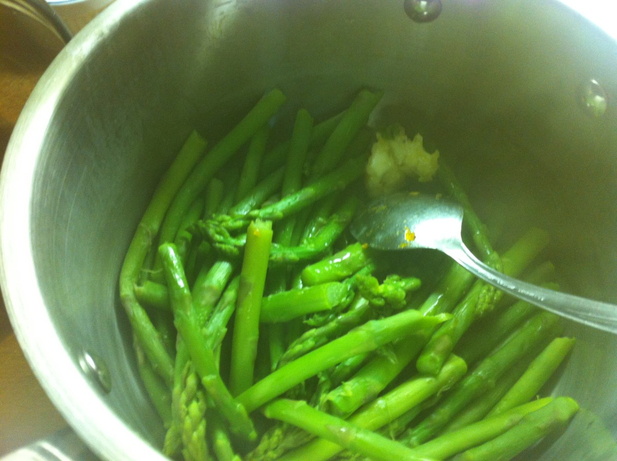 Steamed asparagus with garlic butter