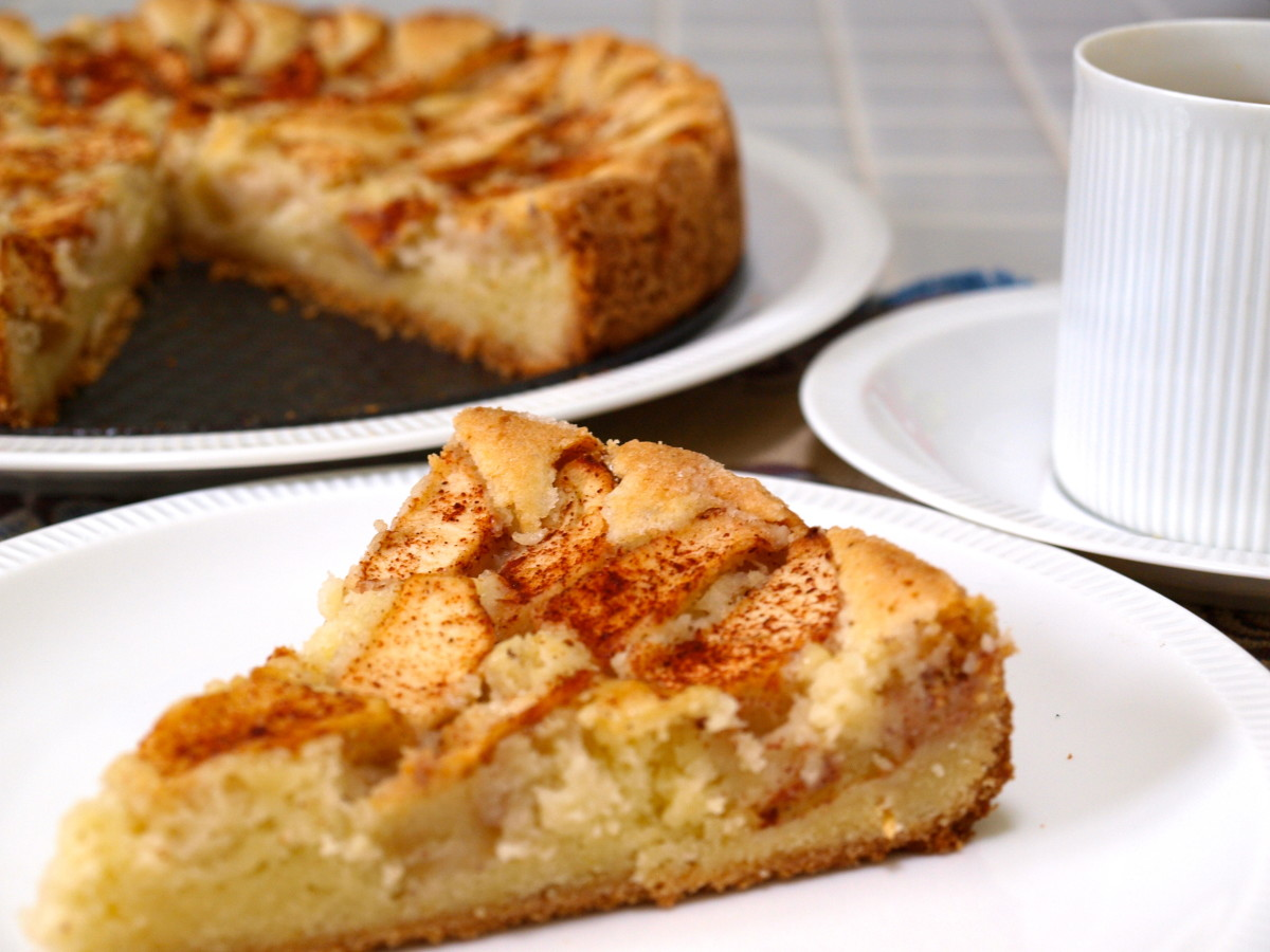 If you like apples and cinnamon, then this light and airy apple cake is for you!