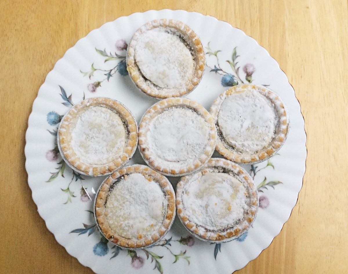 Mince pies covered with icing (powdered) sugar