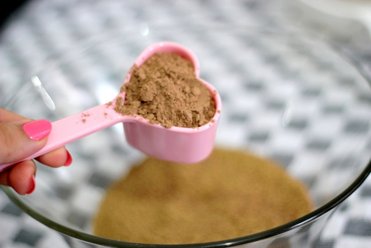 Cocoa powder with a heart-shaped measuring spoon.