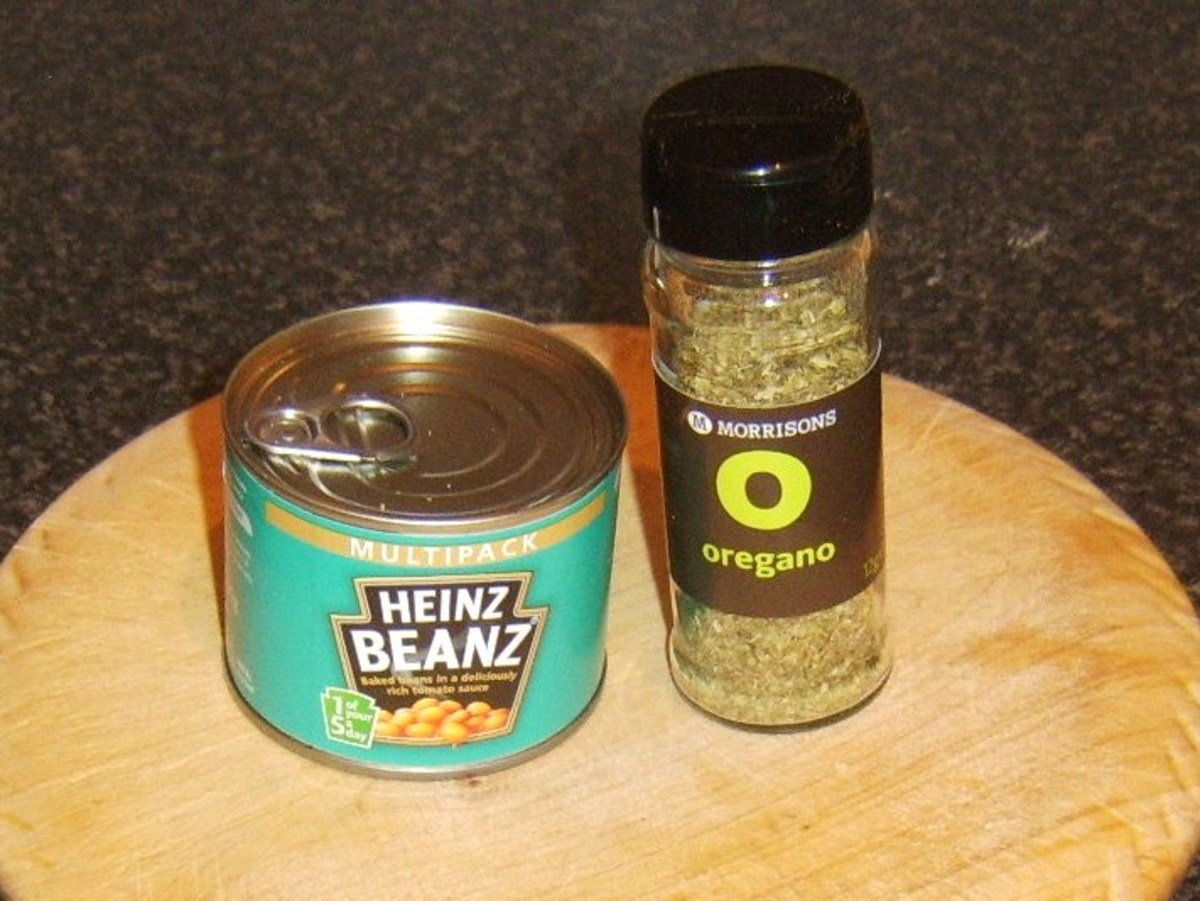 Baked beans in tomato sauce and dried oregano
