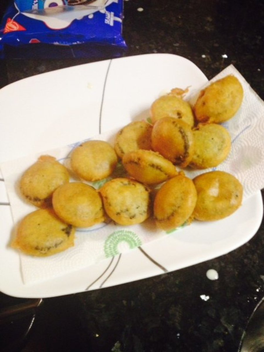 A completed batch of deliciously crispy, fair-style fried Oreos—yum!