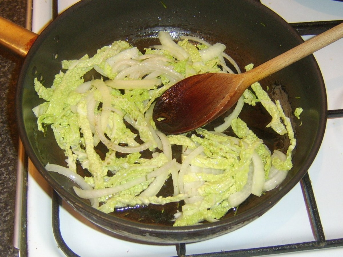 Braising Savoy cabbage and onion