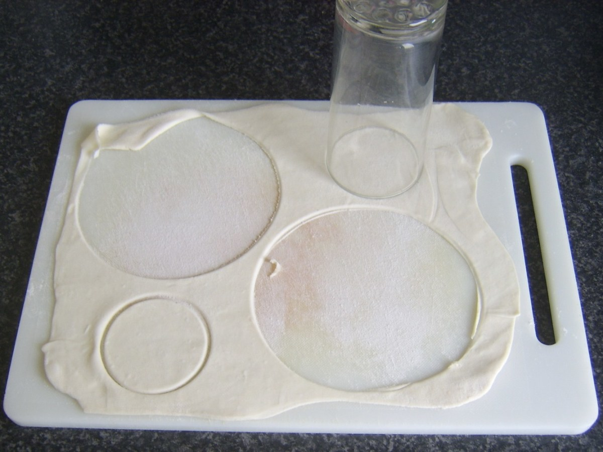 Cutting puff pastry pie lids