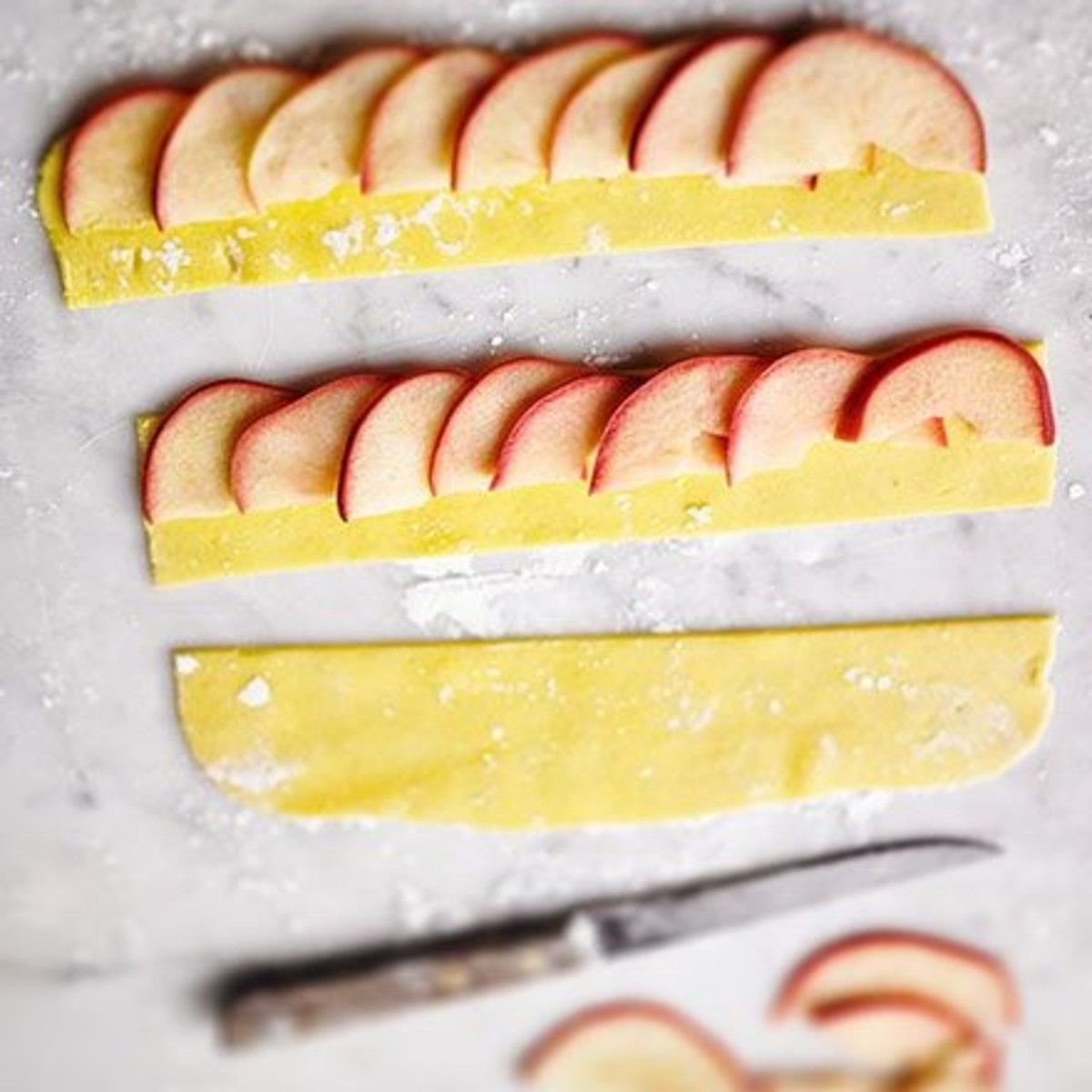 Overlap each apple slice