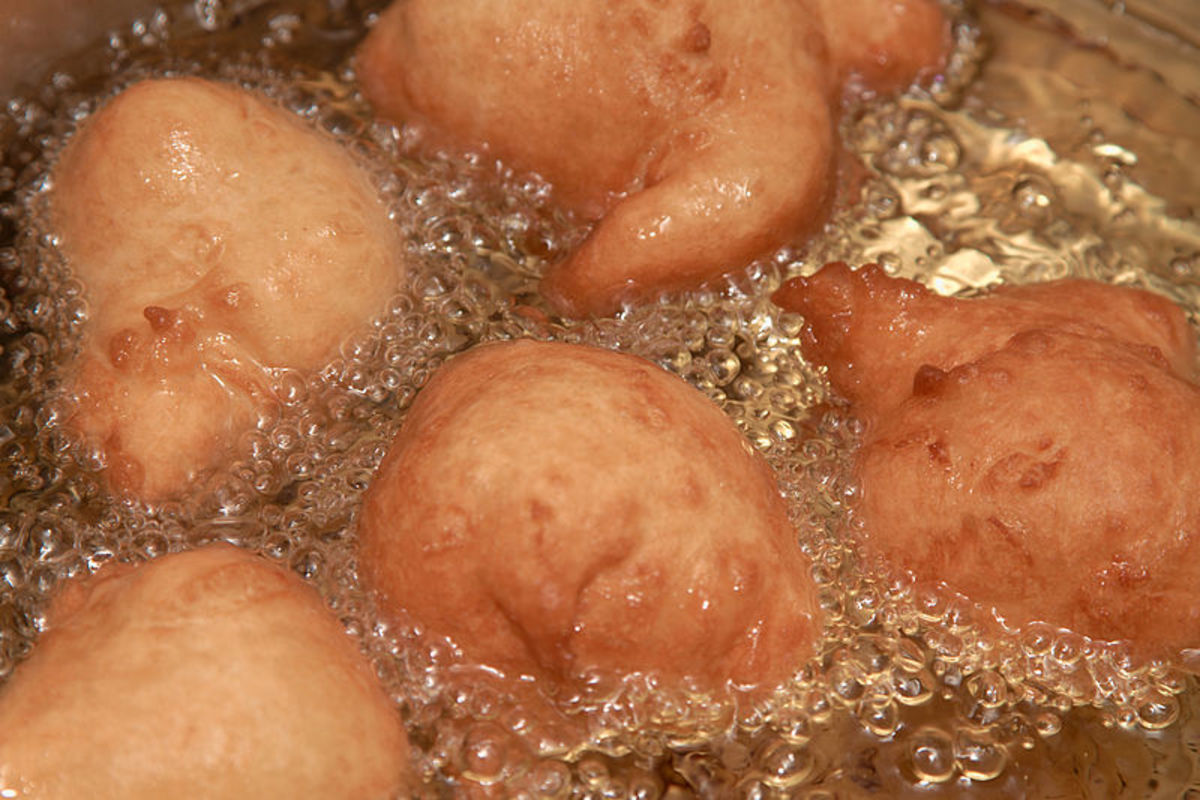 Oliebol is a traditional Dutch food similar to Olykoeks