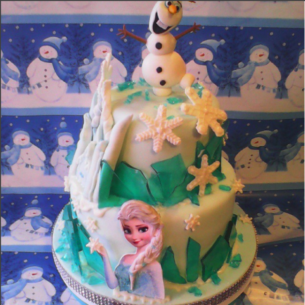 """The """"ice"""" on this Frozen cake is poured sugar."""