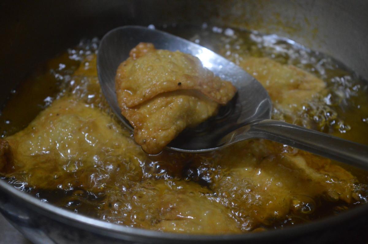 samosa frying