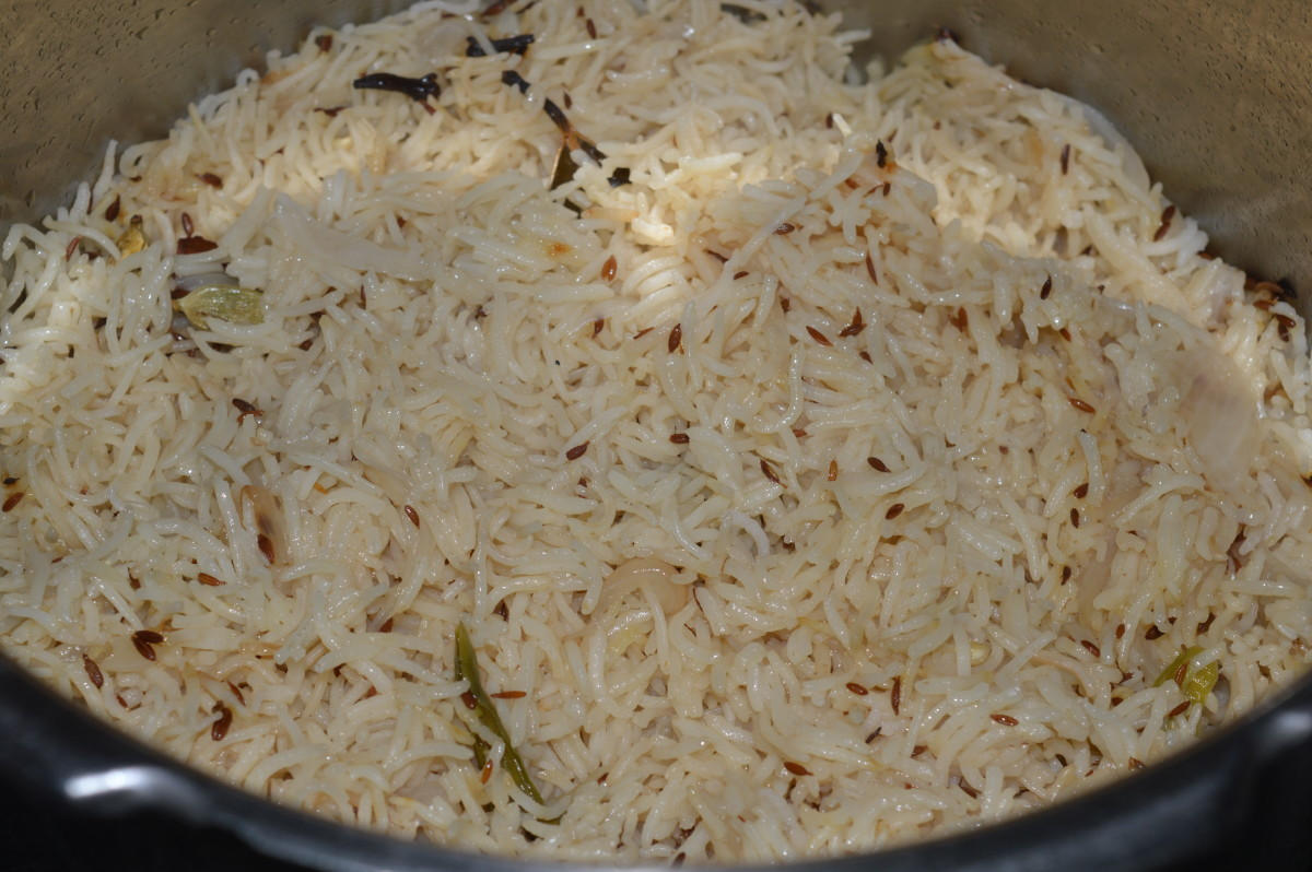 Step eight: When the pressure releases completely, open the cooker lid and puff cumin rice with a fork