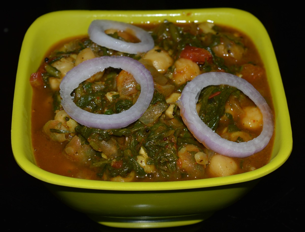 The palak chole served with onions on top.