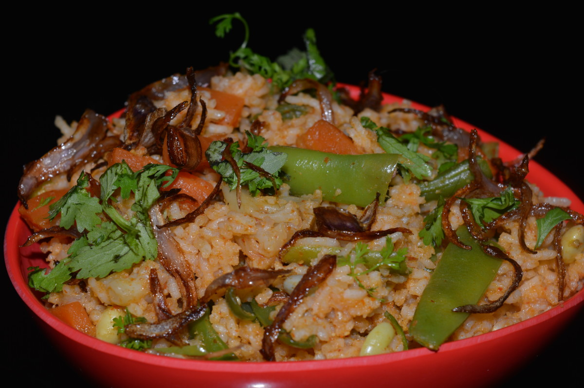Step eight: Spicy vegetable pulao is ready to eat. Serve garnished with the remaining fried onions and chopped coriander. Enjoy the taste!