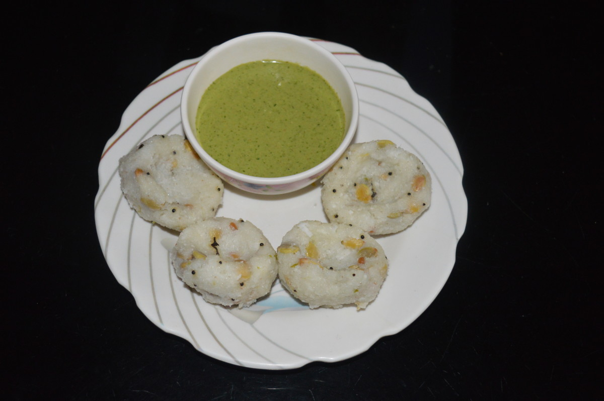Rice semolina steamed dumplings with chutney