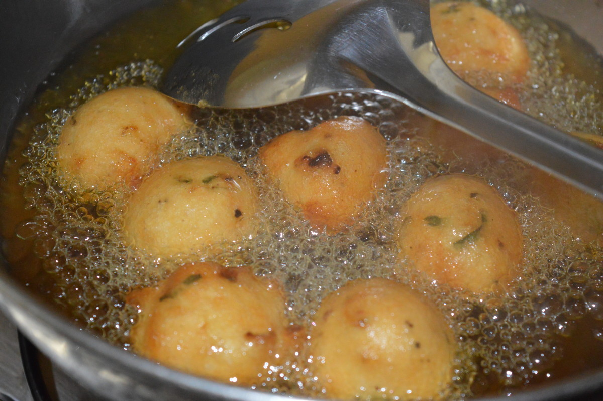 Step four: Make lemon-sized balls and deep-fry them in oil in batches.