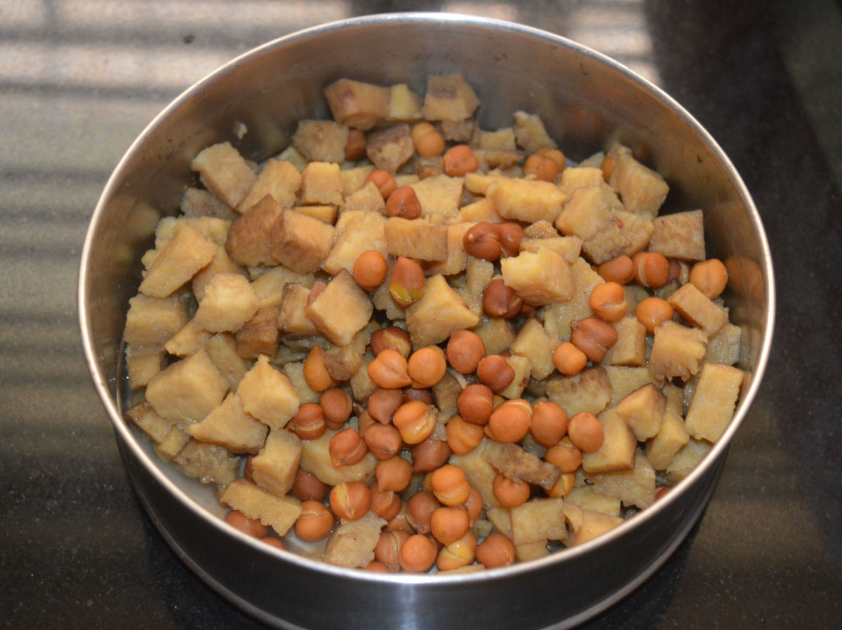 Step one: Cook chopped elephant foot yam and soaked black chickpeas together. Add diluted tamarind water and salt while cooking.