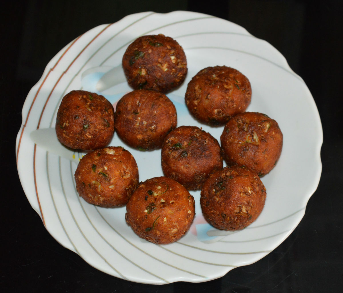 Step four: Collect them on an absorbent paper. Repeat the same for making all the koftas. Keep aside.