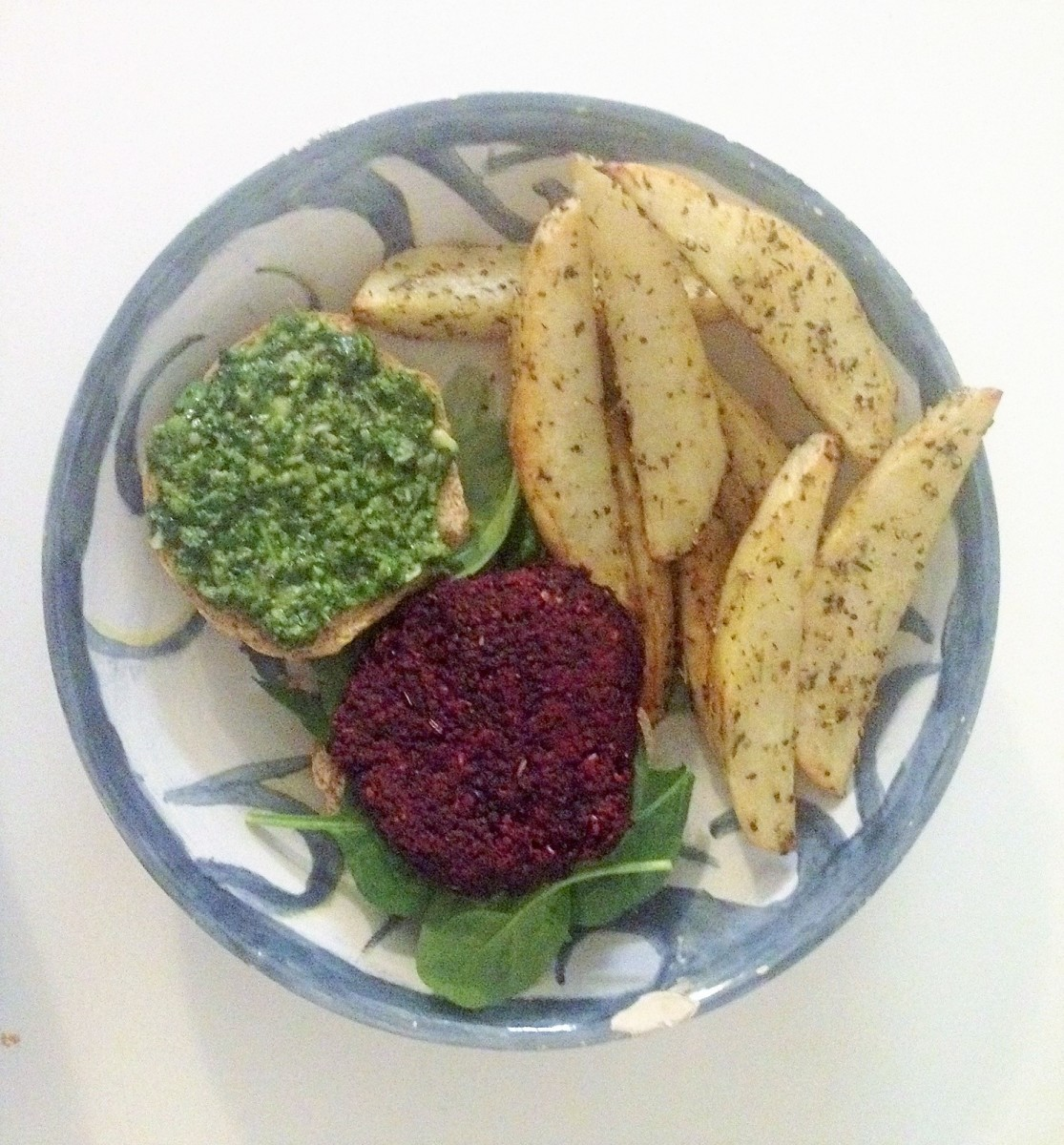 Beet burger with pesto and potato wedges