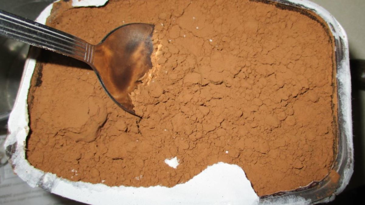 shovel cocoa powder from can with spoon