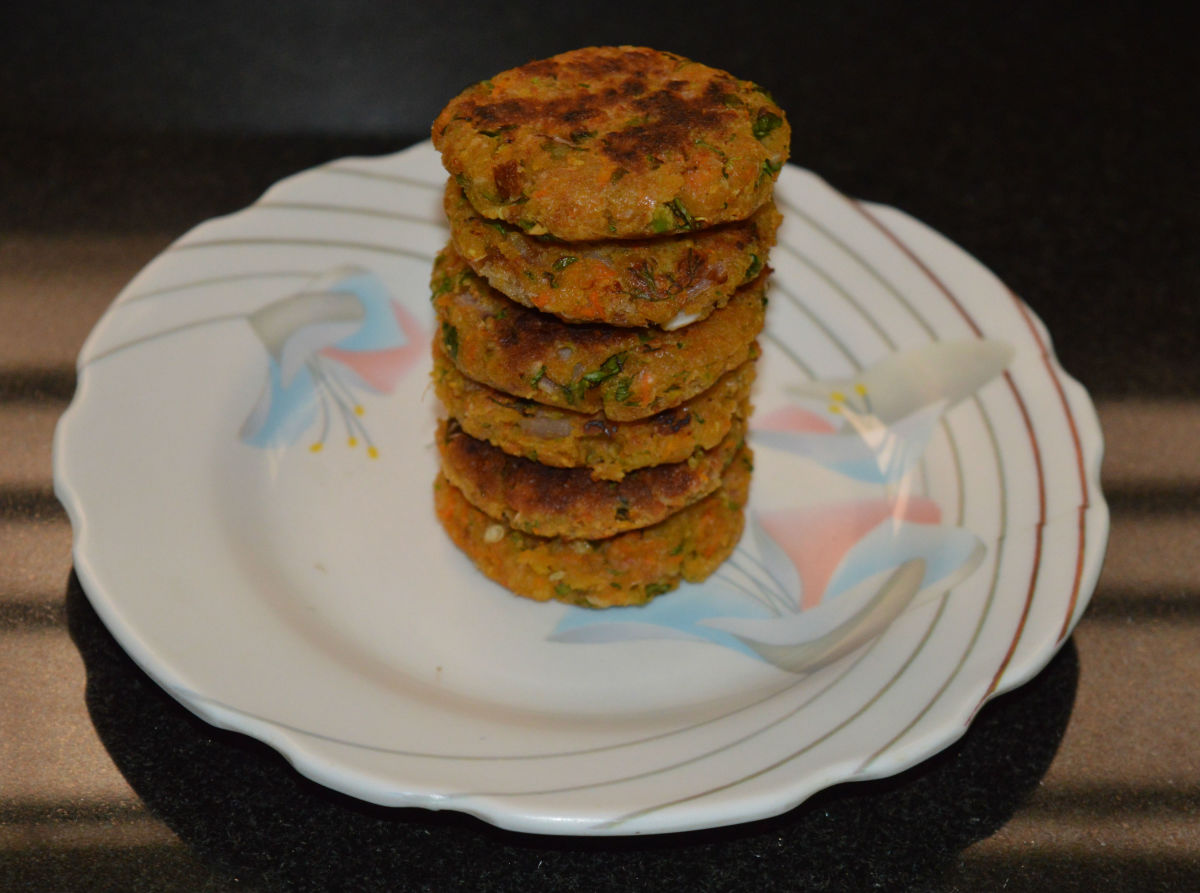 Enjoy eating hot, crunchy, and mouth-watering vegetable cakes with chickpeas accompanied with tomato sauce or yogurt dip.