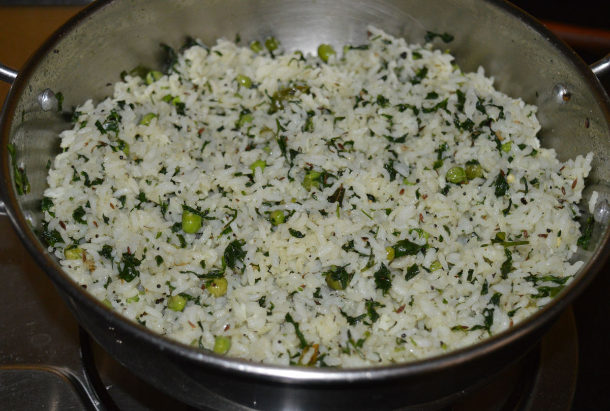 Step seven: Finally, add lemon juice. Stir the mix once. Turn off the stove. Your favorite fenugreek leaf rice with fresh peas is ready!