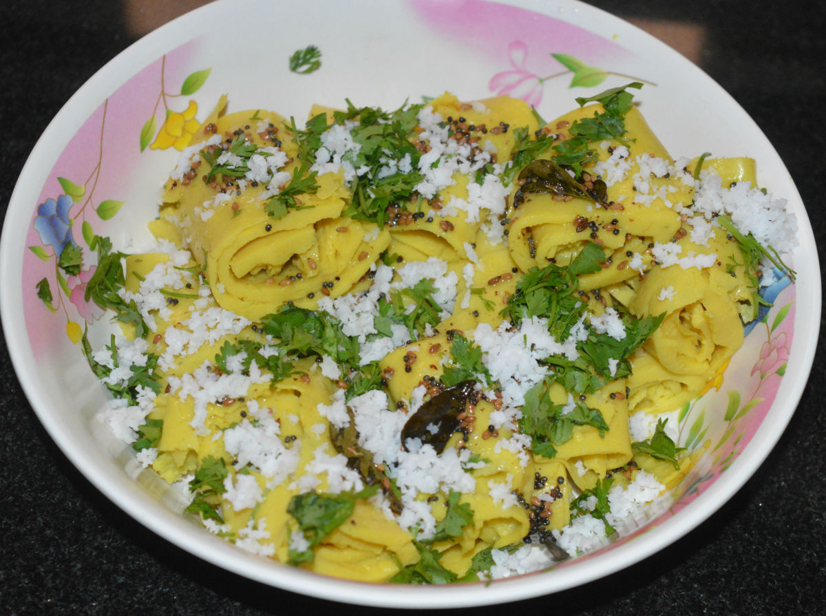 Step nine: Garnish with grated coconut and finely chopped coriander leaves. Serve for breakfast or an evening snack. Enjoy the taste!