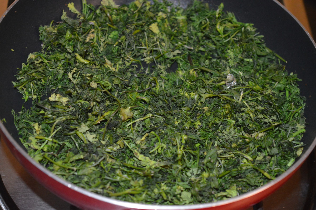 Step three: Spread chopped coriander leaves out in the sun for 2-3 hours. Next, saute the leaves over low heat just to remove the excess moisture. Add it to the plate.